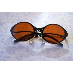 Musta raami ja oranžide klaasidega päikseprillid