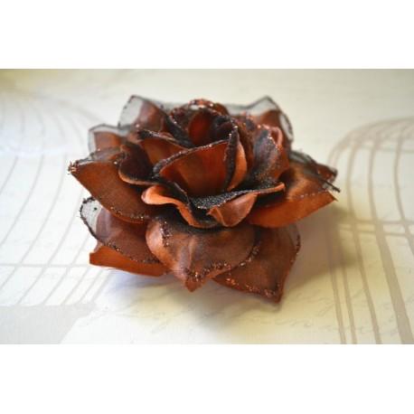 Pruun sädeleva roosiga juukseehe-pross