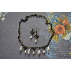 Tilgakujuliste pärlitega kaelakee ja kõrvarõngaste komplekt