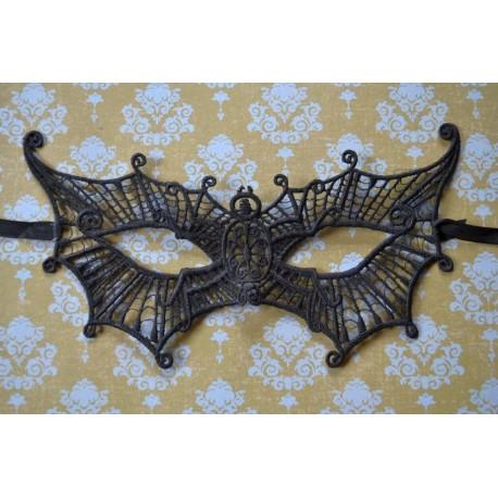 Mustast pitsist liblika motiiviga mask