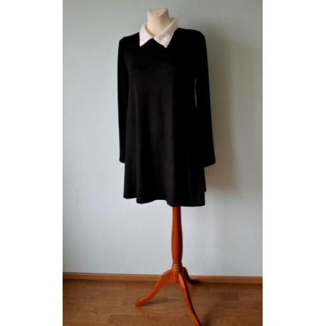 Pikavarrukaline valge kolmnurk-kraega must kleit