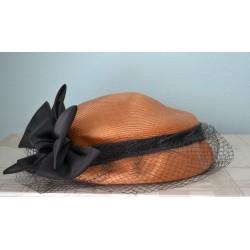 Musta lipsu ja võrguga pruun kübar