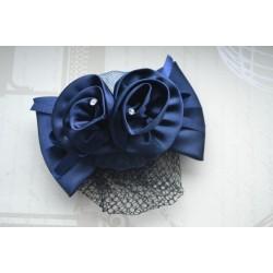Sinise lipsu ja musta juuksevõrguga juukseklamber