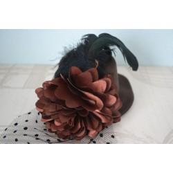 Pitsi, lille ja sulgedega pruun väike kaabu