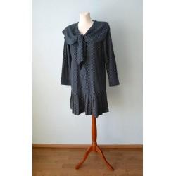 Seotava krae, pikkade varrukate ja pliseerist alläärega täpiline kleit