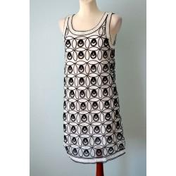 1920ndate stiilis mustade kaunistustega valge ilma varrukateta kleit