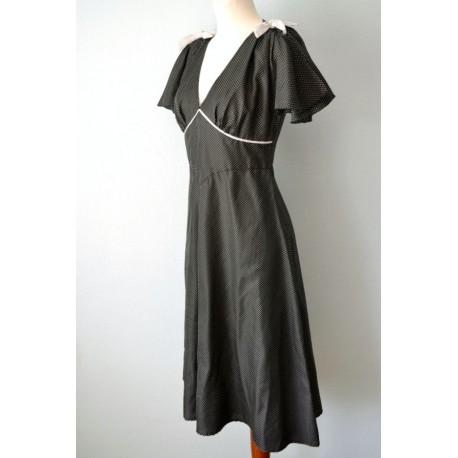 Lipsvarrukatega väikeste valgete täppidega must kleit