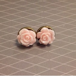 Roosa roosiga nööp-kõrvarõngad