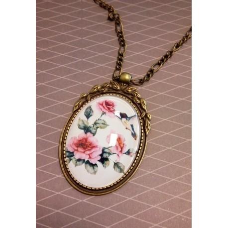 Valgel taustal sinilinnu ja roosade roosidega kameekaelakee
