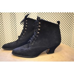 1920s look woman black boots
