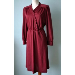 Volangidega pikavarrukaline veinipunane kleit