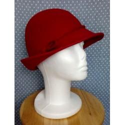 Veripunane kaunistusega kübar