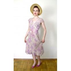 Roosa roosimustriline paelte ja volangidega 1930ndate stiilis suvekleit