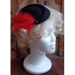 Punaste sulgedega must elegantne kübar