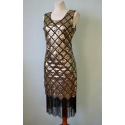 Kuldsete litrite ja mustade narmastega 1920ndate stiilis kleit