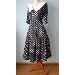Valge kraega must valgete täppidega 1940ndate stiilis kleit