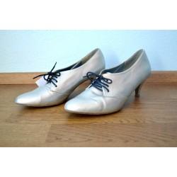 Mustade paeltega hõbedased kingad