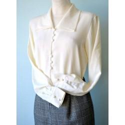 Kolmnurk-krae ja nööpidega valge pikavarrukaline pluus