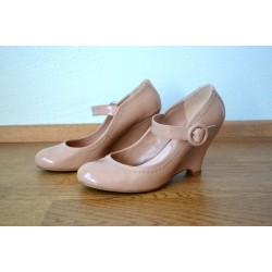 Pitsi efekti ja pandlaga beežid kingad