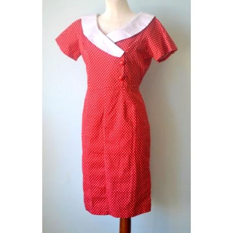 Valge krae, väikeste valgete täppide ja suurte punaste nööpidega punane kleit