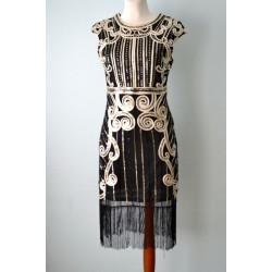 Kuldsete litrite ja tikanditega kaetud 1920ndate stiilis kleit