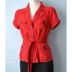 Taskute ja vööga 1940ndate stiilis täpiline punane jakk