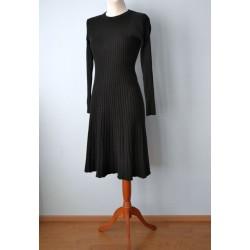 Kellukese lõikega villane pikavarrukaline must soonik-kleit