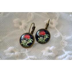 Mustal taustal punase roosikameega kõrvarõngad