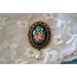 Roosa roosi ja piibelehtedega kameepross