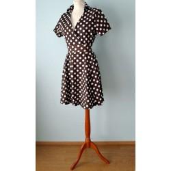 Valgete täppidega tumepruun 1950ndate stiilis kleit