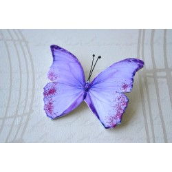 Pross roosa sädelusega lilla liblikas