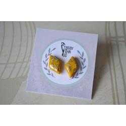 Kullaga kollased rombikujulised kõrvarõngad