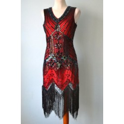 Luksuslik mustade kaunistuste ja narmastega punane 1920ndate stiilis kleit