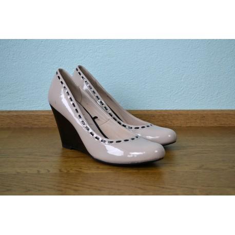 Nude tooni musta paela efektiga ja täiskontsaga kingad