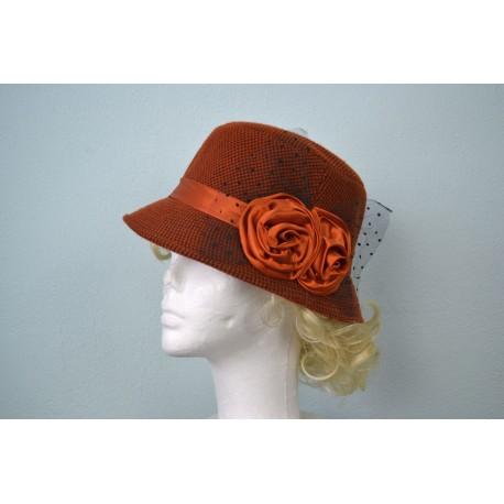 Roosi ja pitsiga kaunistatud kübar