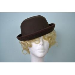 Üleskeeratud servaga pruun kübar