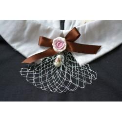 Pruuni lipsu, õrnroosa roosi, tensha helme ja valge pitsiga vintage stiilis pross