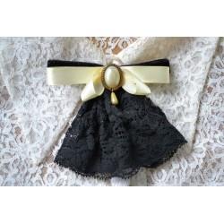 Lipsude, poolpärli ja musta pitsiga vintage stiilis pross