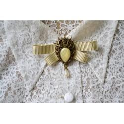 Kuldse lipsu ja ornamentidega kivi vintage stiilis pross