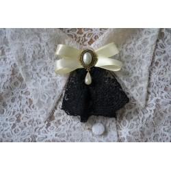 Kreemja lipsu, pärli ja musta pitsiga vintage stiilis pross