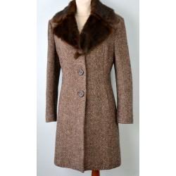 Taskute ja karvase kraega pruun soe mantel