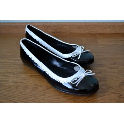 Valge lipsu ja pitsiga mustad läikivad baleriinad