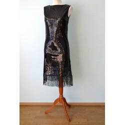 1920ndate stiilis narmaste ja litritega must kleit