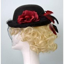 Elegantne suure punase roosi, sulgede ja musta võrguga must vildist vintage kübar