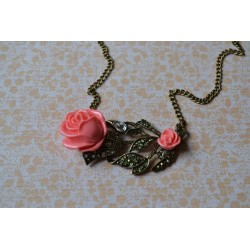 Kahe roosa roosiga kaelakee